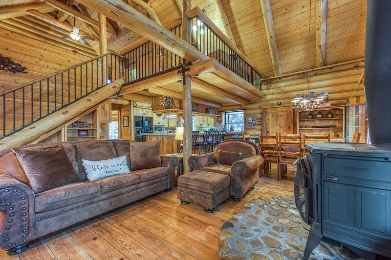 Natural log cabin w/guest house & game room, perfect for family vacations!, holiday rental in Idyllwild