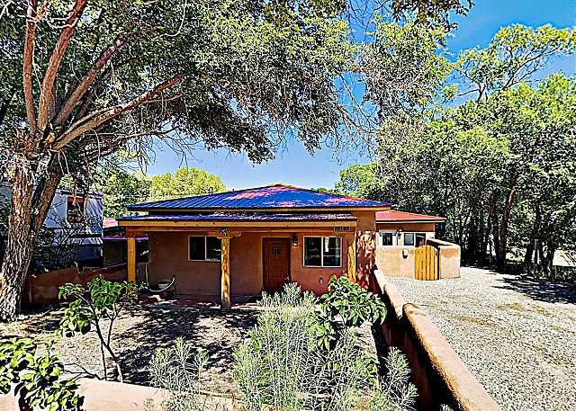 Modern Adobe Home w/ Outdoor Oasis & Steam Showers - Walk to Taos Plaza, holiday rental in Taos
