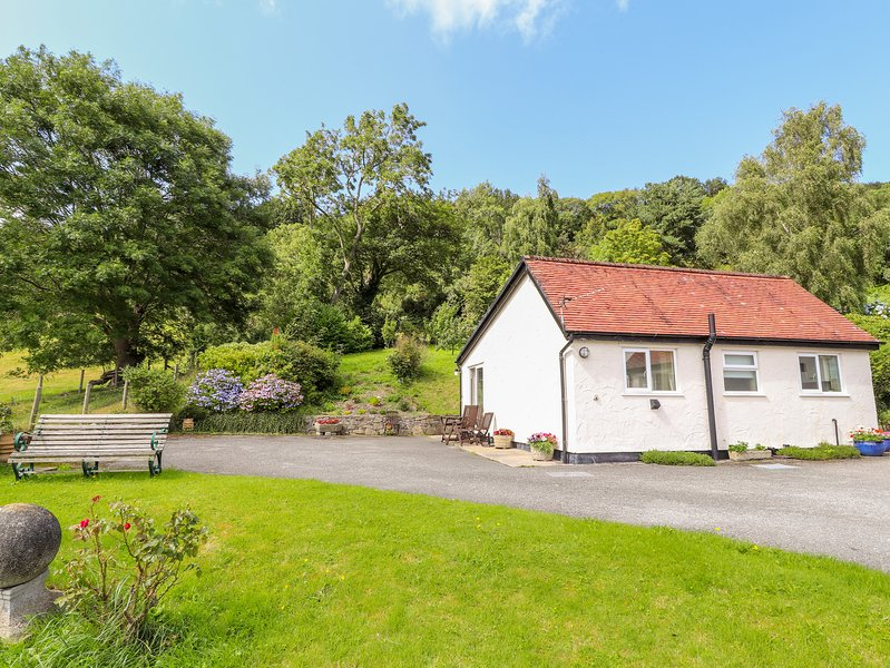GWERN TYNO, family friendly, country holiday cottage, with a garden in Colwyn, vacation rental in Colwyn Bay