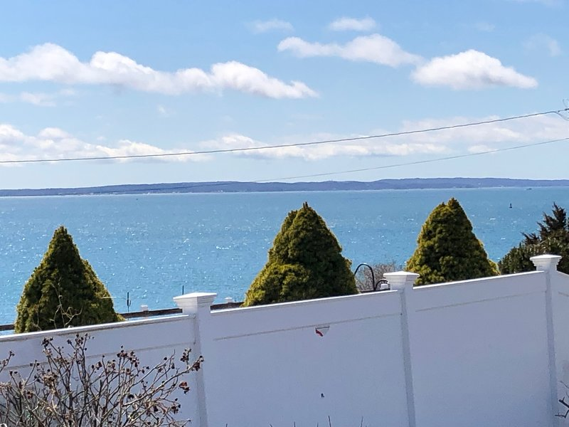 Oceanfront * Family-friendly * Falmouth Heights * LOCATION!, holiday rental in Woods Hole