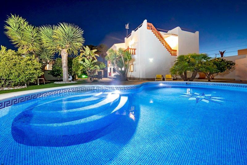 Villa Mali, near Playa d'en Bossa and Ibiza Town! Private Pool, Wifi and Aircon., location de vacances à Ibiza