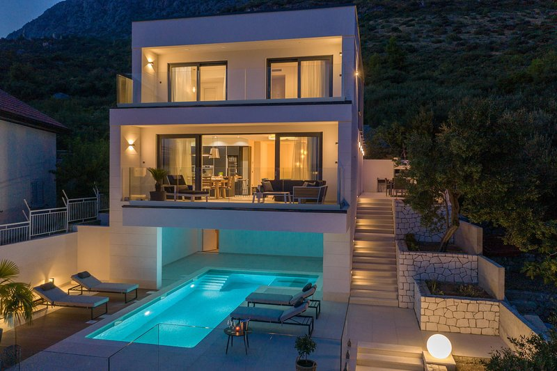 Luxury Villa Blue Moon with Pool, holiday rental in Podaca