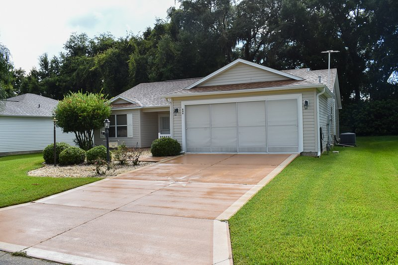 Private backyard -10 Minutes from Lake Sumter Landing, holiday rental in Summerfield
