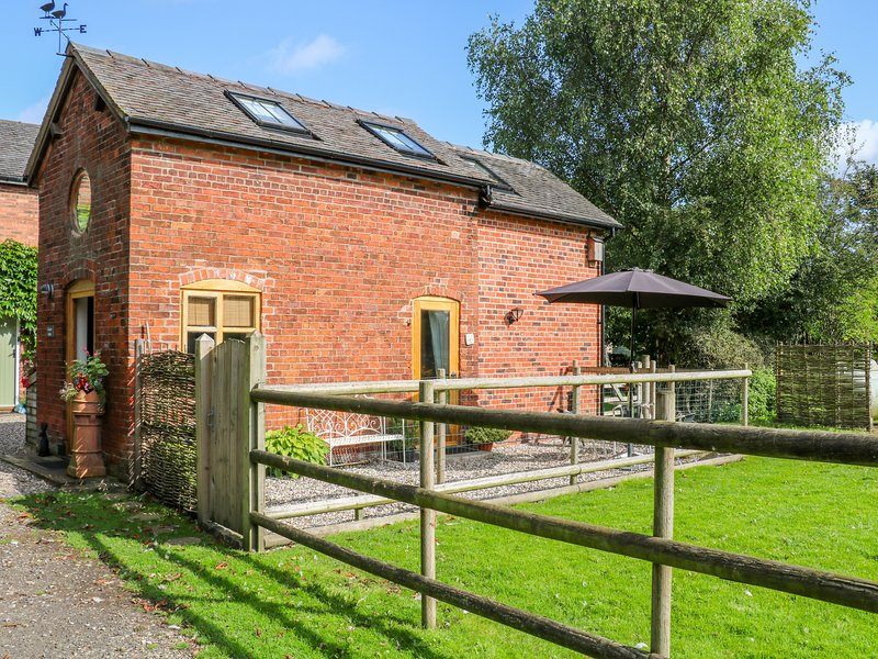 CHEQUER STABLE, woodburning stove, mezzanine bedroom near to Congleton, Ref, holiday rental in Sandbach