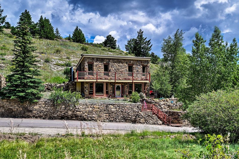 Cozy Home w/Deck & Mountain Views, Walk to Casinos, vacation rental in Dumont
