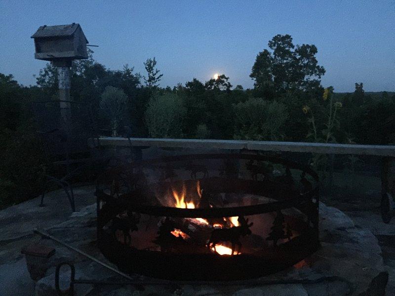 ¡Luna creciente con el pozo de fuego en una tarde fría!
