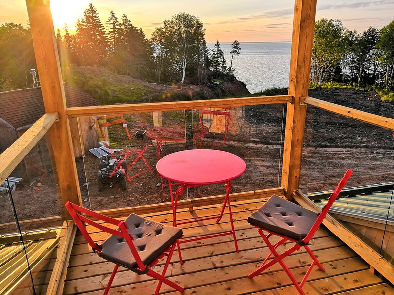 Grandma's Bedroom | WILDERNESS + OCEAN | OFF-GRID, vacation rental in Englishtown