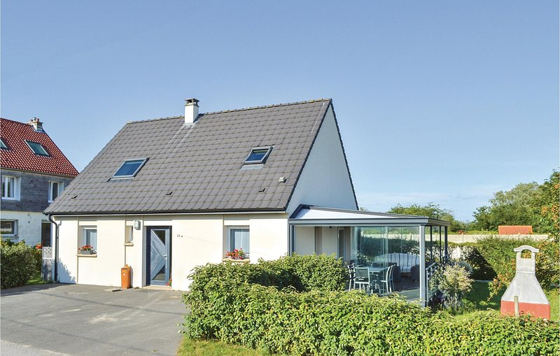 Nice home in Ambleteuse with WiFi and 3 Bedrooms (FNP163), location de vacances à Marquise