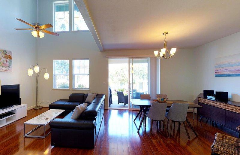 Grand espace de vie ouvert avec hauts plafonds