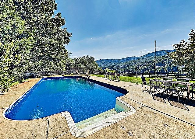 Exquisite Country Hideaway with Pool, Bonus Room & Vistas | Near Asheville, location de vacances à Leicester