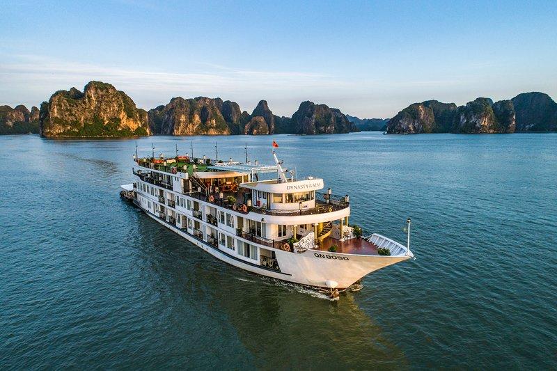 Dynasty Cruise - Halong Bay Luxury 5 Star Cruise, alquiler vacacional en Tuan Chau Island