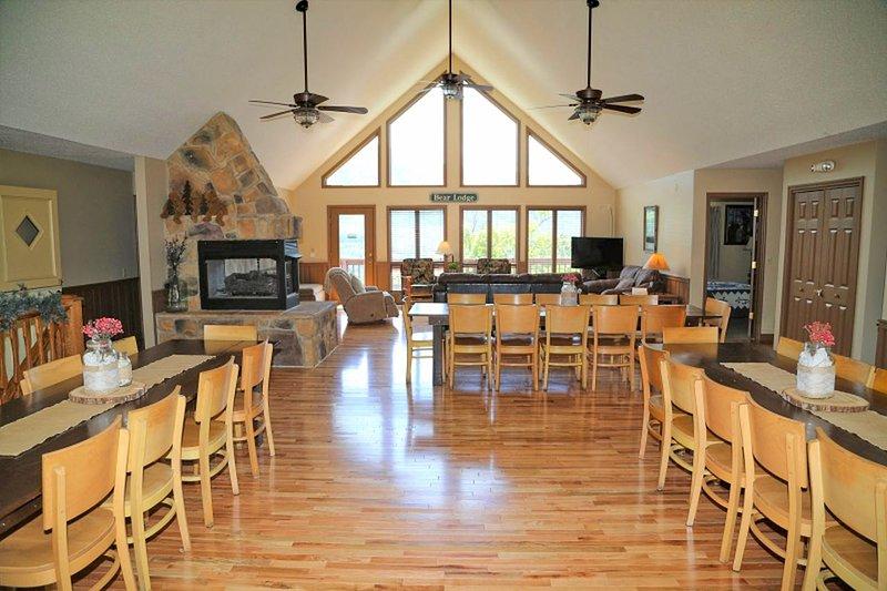 Sala de estar y comedor abiertos con hermosos pisos de madera.