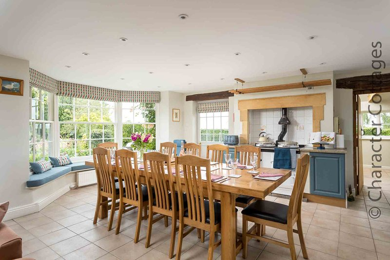 A cozinha bonita e espaçosa