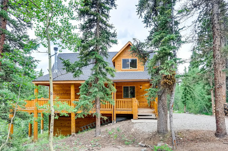 Mountain Vista is a stunning log cabin.