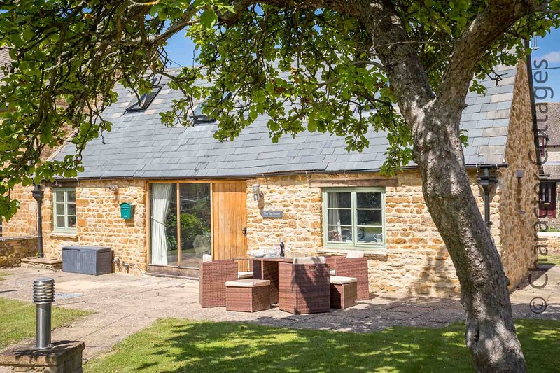 The Tap Room is a beautiful Grade II listed retreat in the village of Kingham, vacation rental in Adlestrop