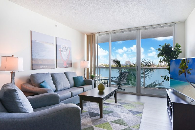Stunning 1BD Apartment with Partial Ocean View, holiday rental in Sunny Isles Beach