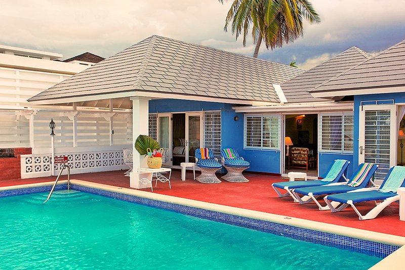 Pool, Cook/Housekeeping, 5 Mins Walk to Beach, 6 Beds, 4 Bdrms, (BVV189), alquiler de vacaciones en Silver Sands