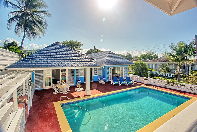 Pool, Cook/Housekeeping, 5 Mins Walk to Beach, 5 Beds, 4 Bdrms, (BVV189), vacation rental in Silver Sands