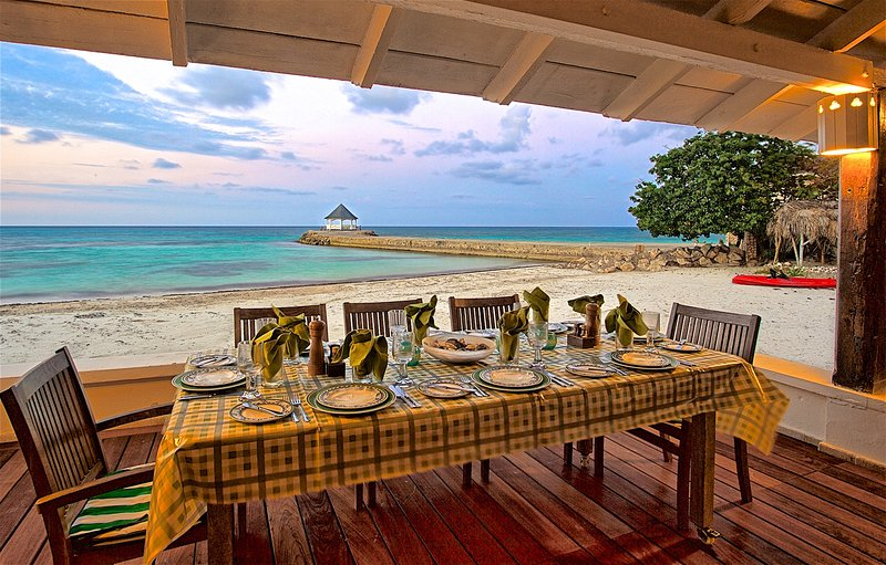 Kayaks, On Private Beach, Free Chef & Housekeeper, 6 Beds, 4 Bdrms, (RJC20), vacation rental in Silver Sands