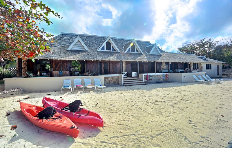 On Own Private Beach, Free Chef & Housekeeper, Kayaks, 7 Beds, 5 Bdrms, (RJC20), alquiler de vacaciones en Silver Sands