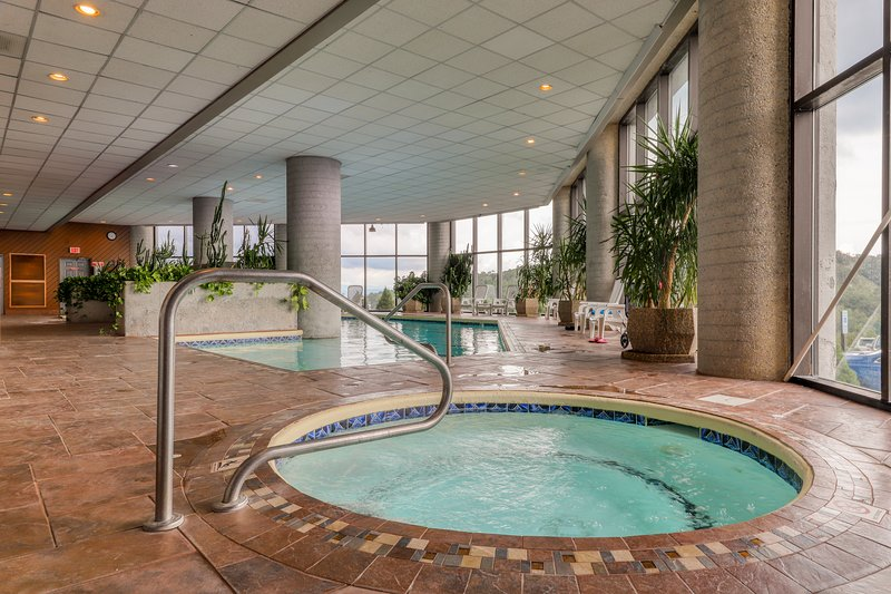 Luxurious mountain condo with stunning views, shared indoor pool & hot tub, location de vacances à Linville