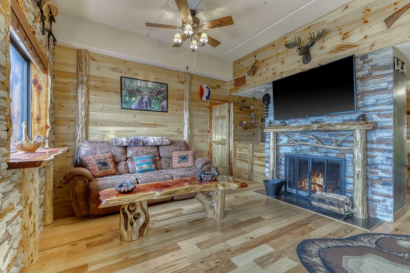 Cabin-like condo with gorgeous mountain views & shared hot tub/pool/sauna!, location de vacances à Linville
