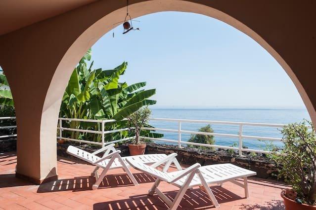 Nice apartment with sea view & Wifi, location de vacances à Acitrezza