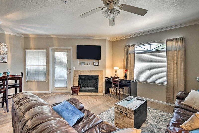 Njut av det öppna vardagsrummet i detta 2-bädds, 2-badiga Scottsdale-hem.