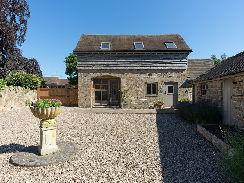 FOXHOLES BARN, pet-friendly conversion in rural setting, WiFi, Farlow, Cleobury, vacation rental in Ludlow