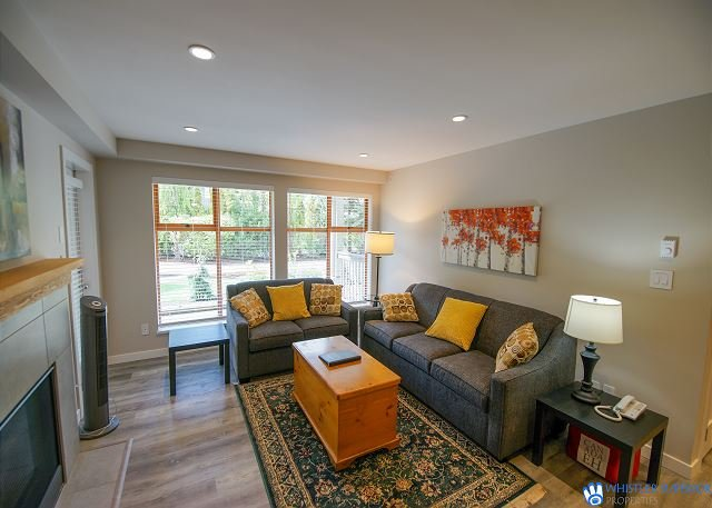Pool and Hot Tub Access, Newly Renovated Suite with Free Parking, WiFi, holiday rental in Whistler
