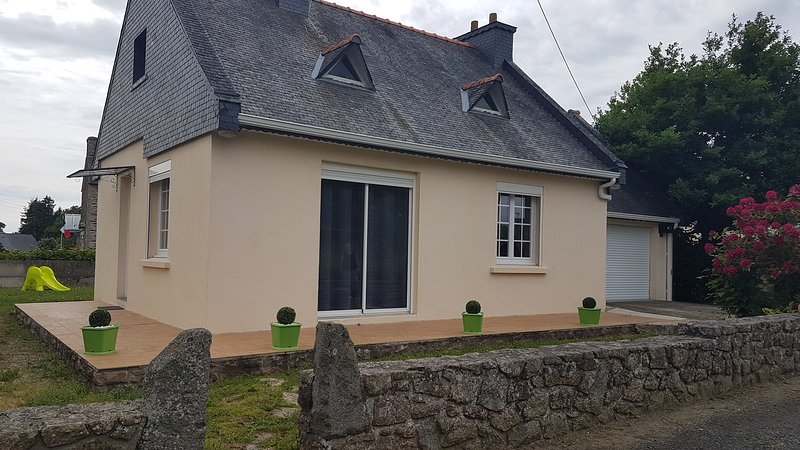 Nice house in Moustéru & Wifi, holiday rental in Saint-Connan