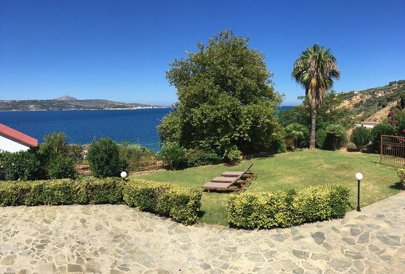 Ruhige, große Villa mit Meerblick - Strand nach 100 m, alquiler vacacional en Kalyves