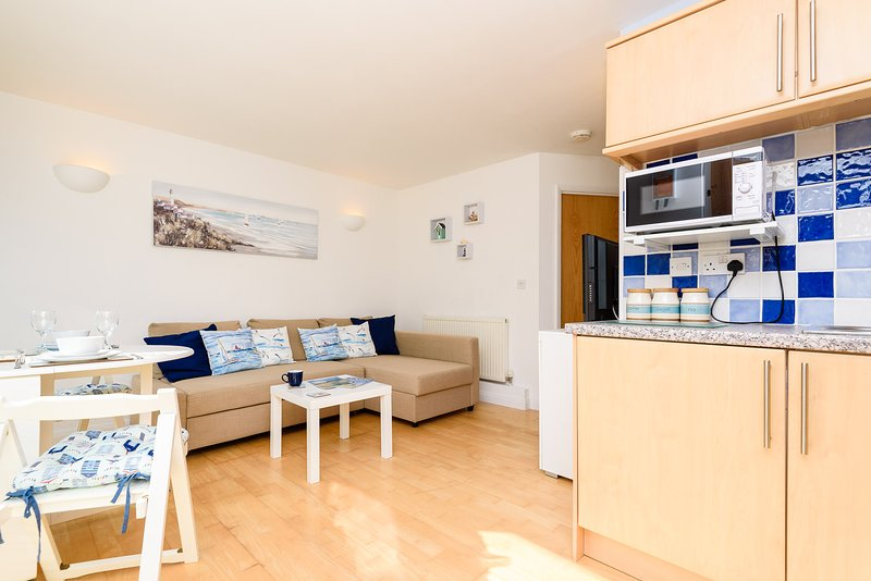 Driftwood Downderry - Modern apartment for four, close to the beach with parking, holiday rental in Saint Germans