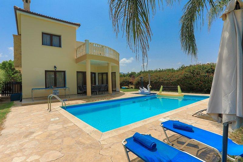 Villa Tsikkos Ena: Beachfront, Pool, A/C, Wifi, alquiler de vacaciones en Argaka