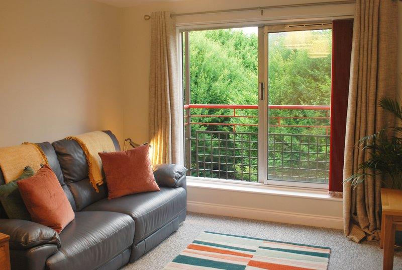 Treetop Waterfront Apartment w free parking, Ferienwohnung in Giffnock