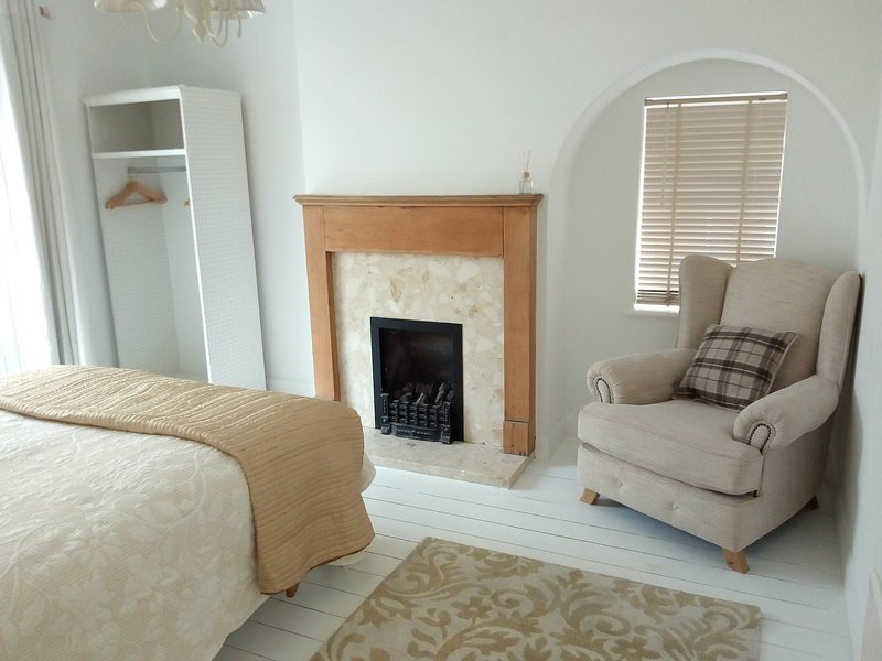 Admirable Comfortable House To Let In Guildford Surrey Has Secure Theyellowbook Wood Chair Design Ideas Theyellowbookinfo
