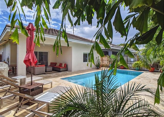 New Construction 3 Bed 2 Bath with heated Pool in the heart of Oakland Park, casa vacanza a Oakland Park
