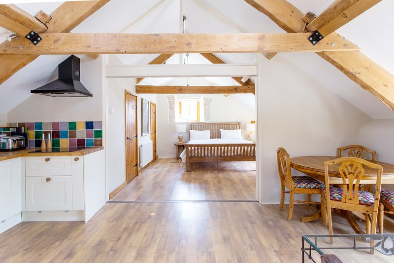 The Hayloft - Dorset village suite for two, location de vacances à Stratton