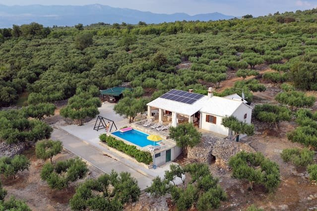 Beautiful villa with swimming-pool, holiday rental in Sutivan