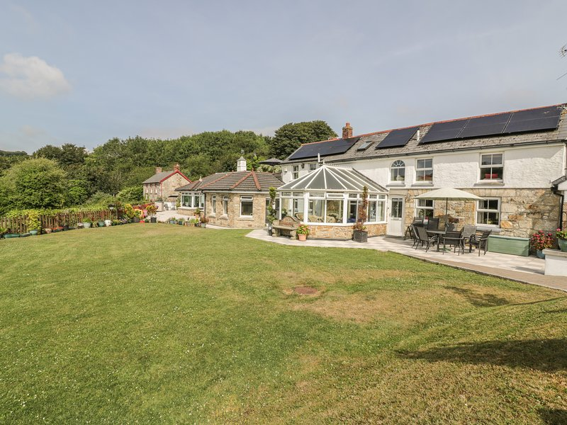 CHAPEL GREEN, pet friendly, character holiday cottage, with a garden in, vacation rental in Hewas Water