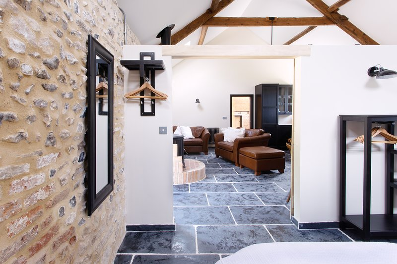 The Cowshed - Dorset village suite for two, location de vacances à Stratton