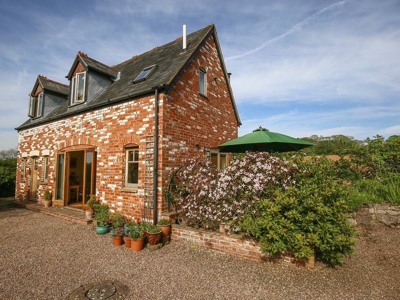 THE COACH HOUSE, open plan living room and indoor swimming pool, Lympstone, vacation rental in Woodbury Salterton