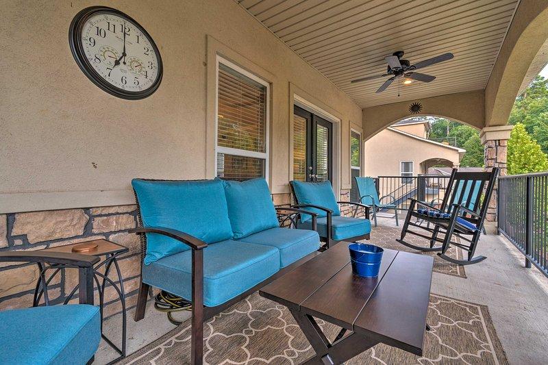 Med en möblerad balkong kan detta Hot Springs-hem för 8 inte slås!