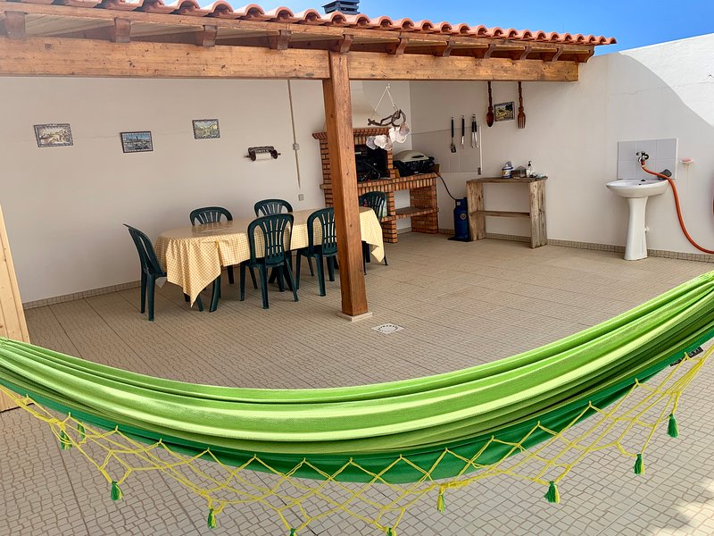 Surf, Swim, Party and Relax Townhouse, vacation rental in Peniche