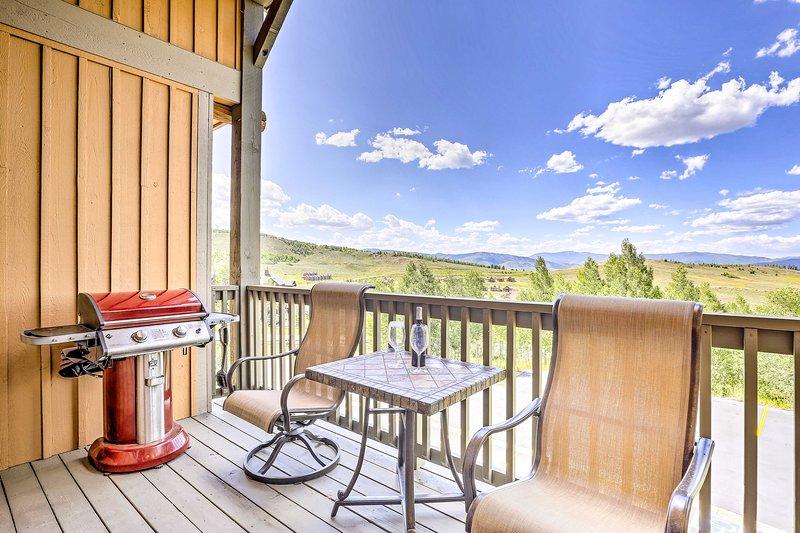 Disfruta de hermosas vistas a la montaña desde la terraza privada del condominio.