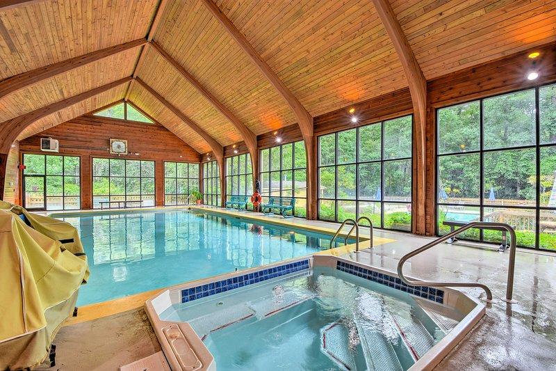 Il y a aussi une piscine intérieure immaculée et un bain à remous pour nager en toutes saisons!