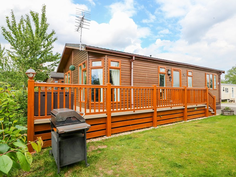 4 CASTLE VIEW, beautiful lodge with excellent views, en-suite, on-site, vacation rental in Tattershall