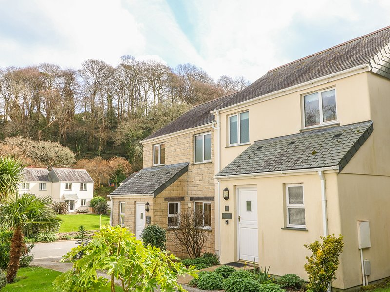 STARFISH COTTAGE, terraced house, plunge pool, tennis court, off road parking, Ferienwohnung in Maenporth