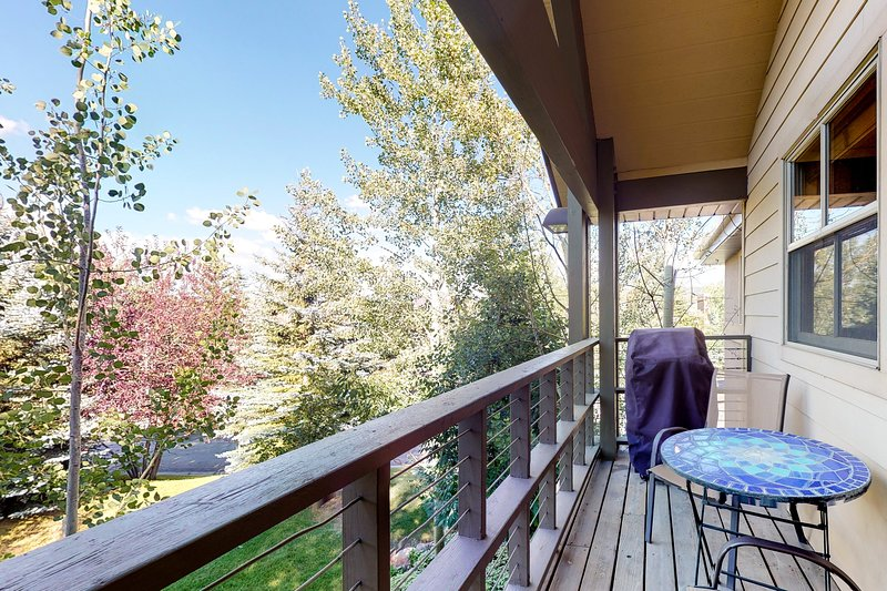Modern condo w/ rustic touches, gas fireplace, balcony, & grill - walk to golf! Chalet in Park City