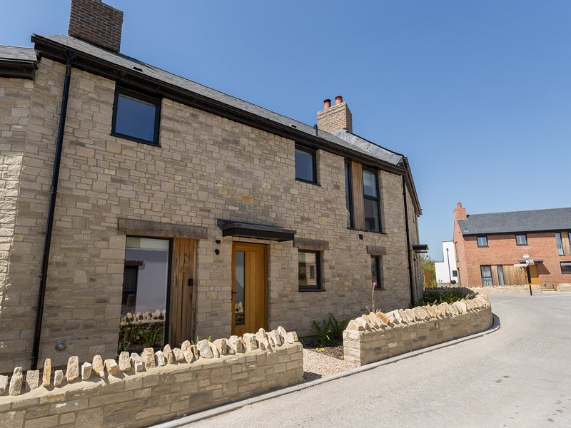 BEAUMONT VILLAGE 23, Sleeps 4, WiFi, onsite Spa and Pool, Nature Reserve, holiday rental in West Knighton